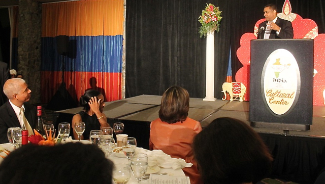 Gov. John deJongh Jr. addresses the audience at the India Association's dinner.