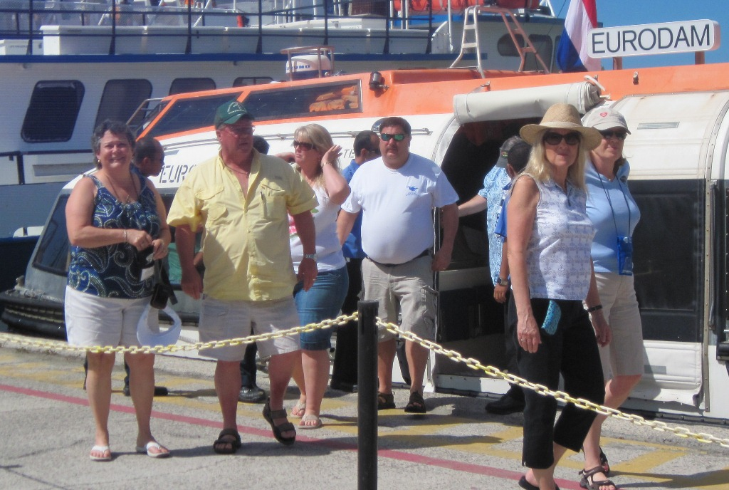 Blues Cruise passengers arriving at the Creek. (Photo Lynda Lohr)