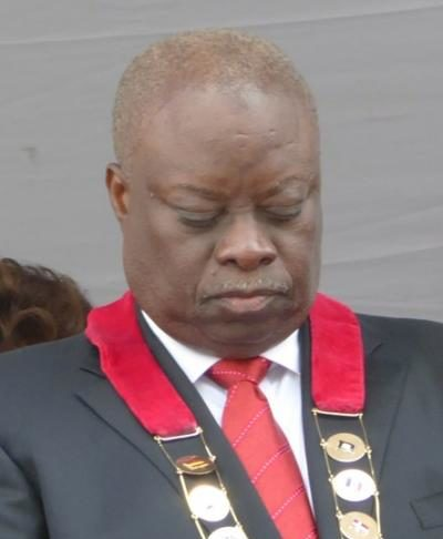 Gov. Kenneth Mapp bows his head in prayer