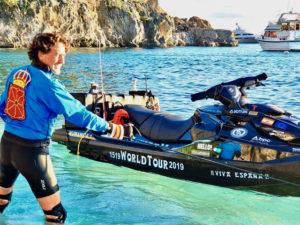 Álvaro de Marichalar visite le monde en scooter des eaux!